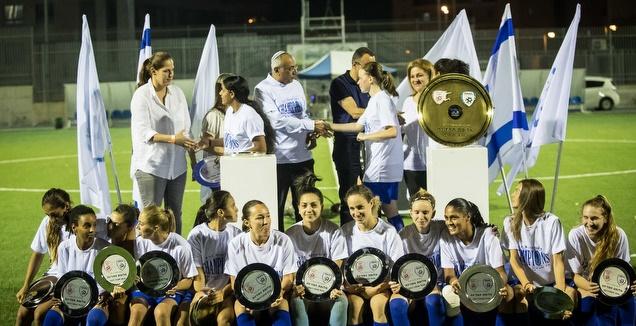 שחקניות קריית גת מקבלות את צלחת האליפות (ההתאחדות לכדורגל)