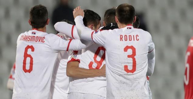 שחקני נבחרת סרביה חוגגים (רויטרס)