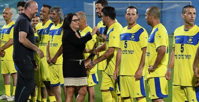 דורית כהן עם השחקנים (אבי רביבו)