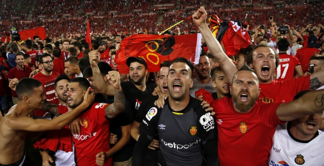 שחקני מיורקה חוגגים עם האוהדים (La Liga)