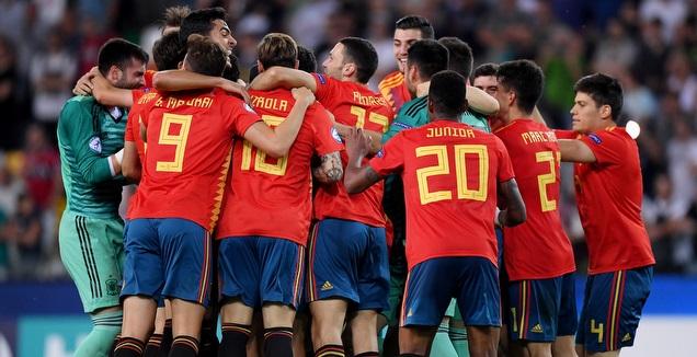 שחקני ספרד חוגגים את הזכייה (רויטרס)