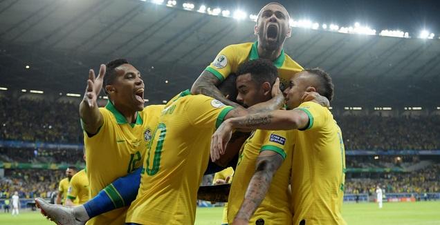 שחקני ברזיל בטירוף אחרי השער של גבריאל ז'סוס (רויטרס)