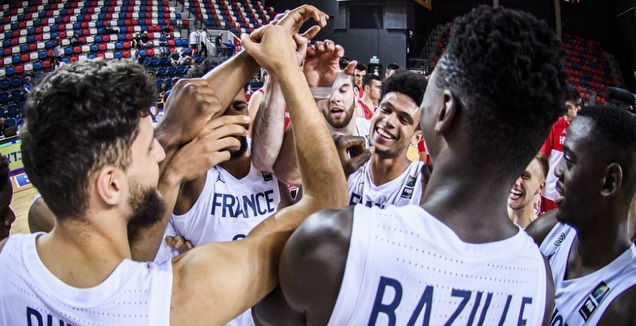 שחקני נבחרת צרפת חוגגים (FIBA)