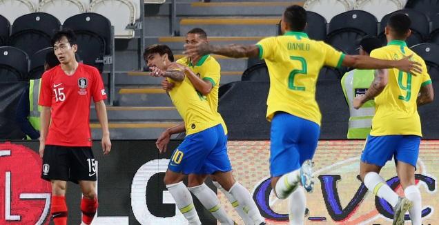 שחקני נבחרת ברזיל חוגגים עם לוקאס פאקטה (רויטרס)
