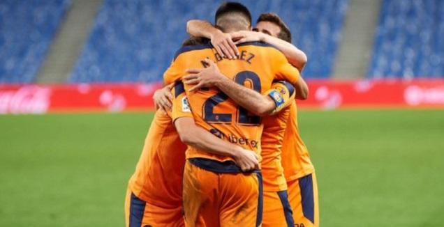 שחקני ולנסיה חוגגים עם מקסי גומס (La Liga)