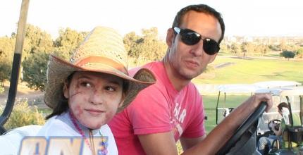 עודד קטש מסייר במתחם הגולף בקיסריה (גיא איזנר)