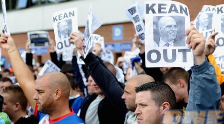 הפגנות של אוהדי בלקבורן נגד סטיב קין לפני המשחק (GettyImages)