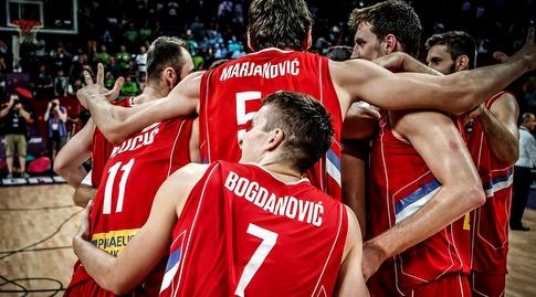 שחקני סרביה חוגגים (FIBA) (מערכת ONE)