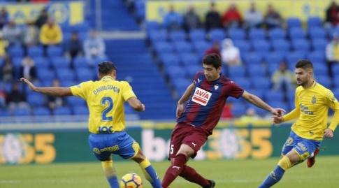 דויד סימון וחוסה אנחל במאבק על הכדור (La Liga)