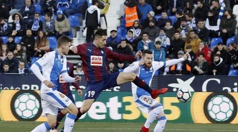 שארלס מנסה להגיע אל הכדור (La Liga)
