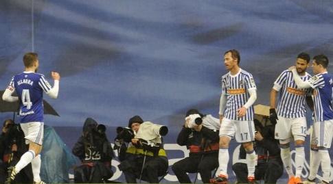 שחקני סוסיאדד עם כובש השער וויליאן ז'וזה (La Liga)