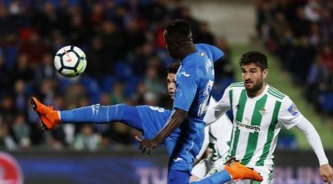 אמאת' נדאייה משתלט על הכדור (La Liga)