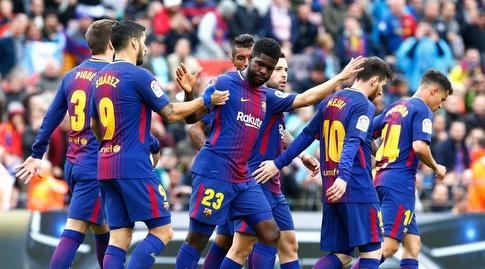 שחקני ברצלונה חוגגים עם סמואל אומטיטי (La Liga)
