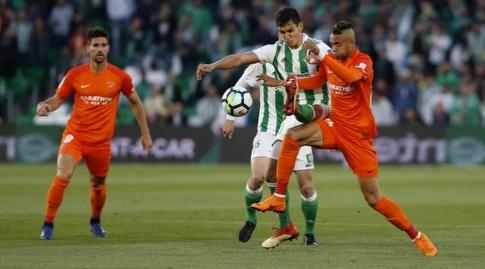שחקני שתי הקבוצות נאבקים על הכדור (La Liga)