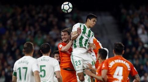 עייסא מנדי מגיע ראשון לכדור הגובה (La Liga)