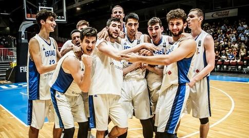 שחקני נבחרת ישראל חוגגים (FIBA)