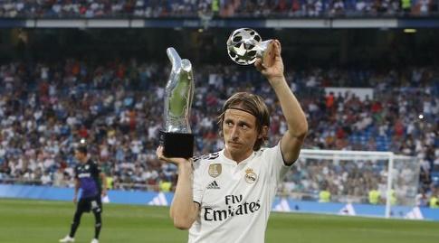 לוקה מודריץ' עם הגביע של שחקן השנה (La Liga)