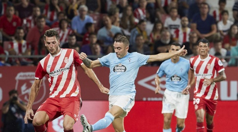 יאגו אספאס מנסה לקחת את הכדור (La Liga)