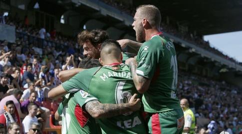 שחקני אלאבס חוגגים עם שימו נבארו (La Liga)