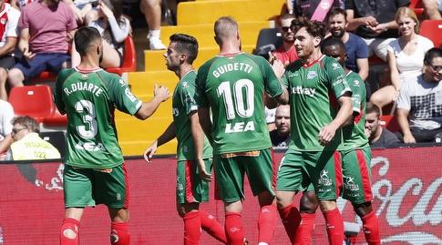 שחקני אלאבס חוגגים עם איבאי גומס (La Liga)