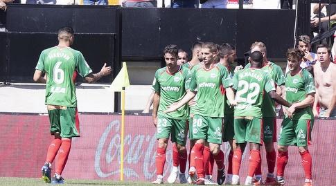 שחקני אלאבס חוגגים עם ג'ונתן קאלרי (La Liga)