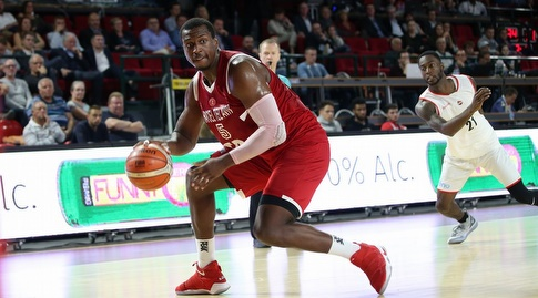 ג'ונתן הולמס עם הכדור (FIBA)
