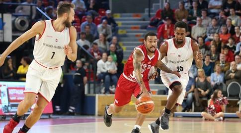 דאלאס מור עם הכדור (FIBA)