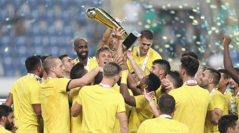 מכבי תל אביב מניפה את גביע הטוטו (רדאד ג'בארה)