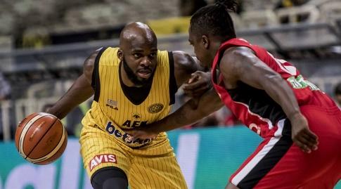 ג'ייקובן בראון שומר על מלקולם גריפין במסגרת המשחק בין ירושלים לא.א.ק (FIBA)