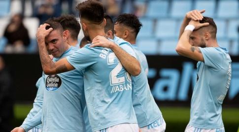 שחקני סלטה ויגו חוגגים עם יאגו אספאס (La Liga)