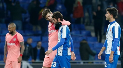 ג'רארד פיקה מנחם את אסטבן גראנרו בסיום (La Liga)