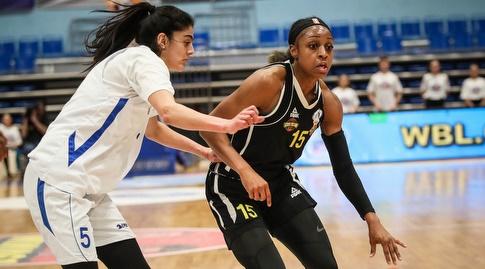 טיפאני מיטצ'ל עם הכדור, בהגנה מרים חנון (באדיבות מנהלת ליגת העל לנשים בכדורסל)