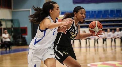 ג'יימי נארד עם הכדור מול טיארה לוין (באדיבות מנהלת ליגת העל לנשים בכדורסל)