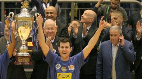 גיא פניני עם הגביע ב-2016 (משה חרמון)