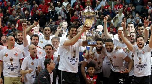 שחקני הפועל ירושלים עם גביע המדינה (אורן בן חקון)