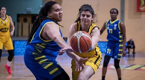 דניאל אדאמס משמאל ודניאל רבר נאבקות על הכדור (ספי מגריזו, באדיבות מנהלת ליגת העל לנשים בכדורסל)