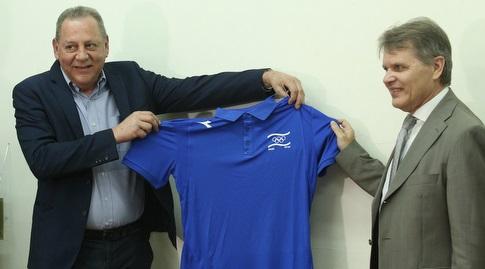 שגריר בלארוס בישראל עם יגאל כרמי (שחר גרוס)