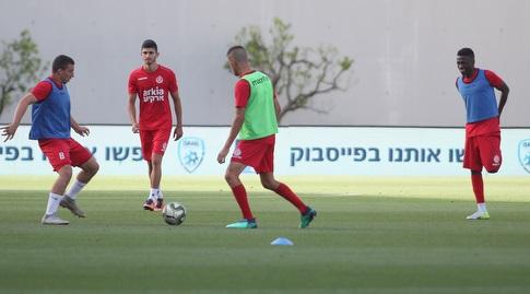 שחקני הפועל תל אביב בחימום (אחמד מוררה)