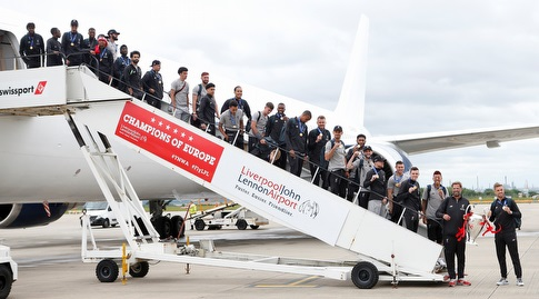 שחקני ליברפול יורדים מהמטוס (רויטרס)