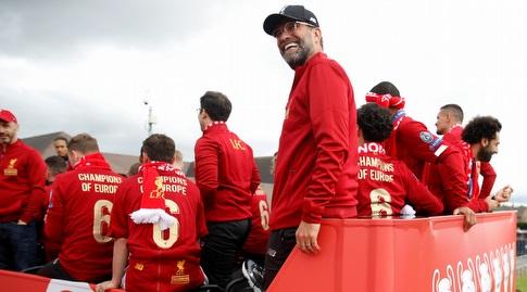 שחקני ליברפול ויורגן קלופ על אוטובוס הקבוצה (רויטרס)
