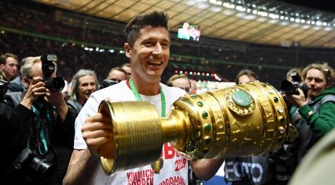 לבנדובסקי מניף את הגביע הגרמני. למרות הכל, עם סיים עם דאבל מקומי ו-40 שערים בכל המסגרות (רויטרס)