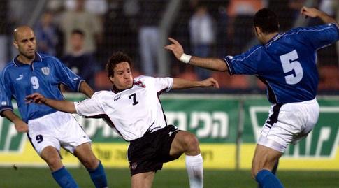 יוסי אבוקסיס ושמעון גרשון במשחק מול אוסטריה (רויטרס)