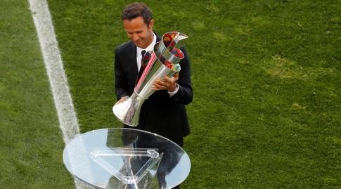 ריקרדו קרבאליו עם הגביע (רויטרס)