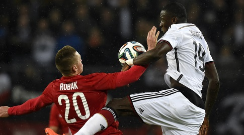 מארצ'ין רובאק במדי פולין מול אנטוניו רודיגר מגרמניה (רויטרס)