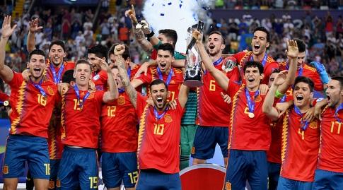 שחקני ספרד בהנפת הגביע (רויטרס)