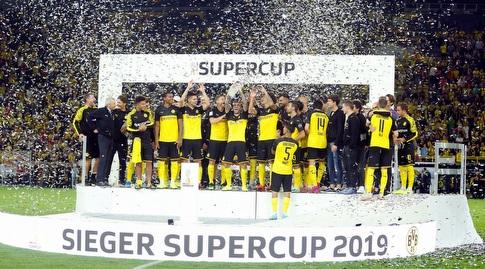 שחקני דורטמונד מניפים את גביע הסופרקאפ הגרמני (רויטרס)