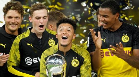 ג'יידון סאנצ'ו עם גביע הסופרקאפ הגרמני (רויטרס)