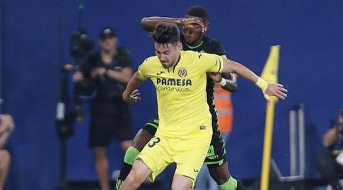 מוי גומס מנסה לשמור על הכדור (La Liga)