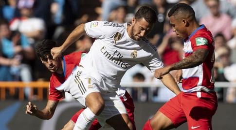 אדן הזאר מנסה לשמור על הכדור (La Liga)