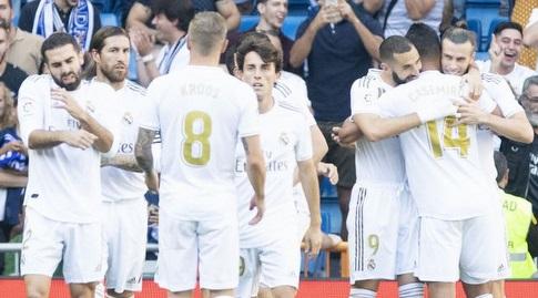 שחקני ריאל מדריד חוגגים עם קארים בנזמה (La Liga)